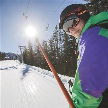 Skifahrer benutzt den Skilift