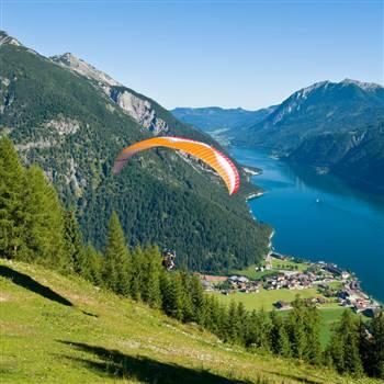 Paraglider fliegt den Berg hinunter